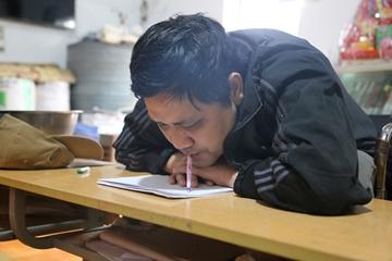Thầy giáo viết chữ bằng miệng lan tỏa yêu thương đến cộng đồng